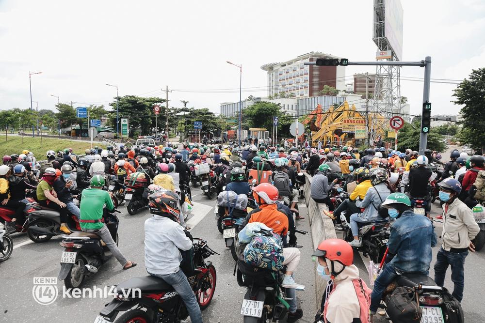 Ảnh: Hàng nghìn người ùn ùn rời TP.HCM về quê bằng xe máy, xót xa cảnh những đứa trẻ vật vờ ngủ gật trong lòng cha mẹ - Ảnh 16.