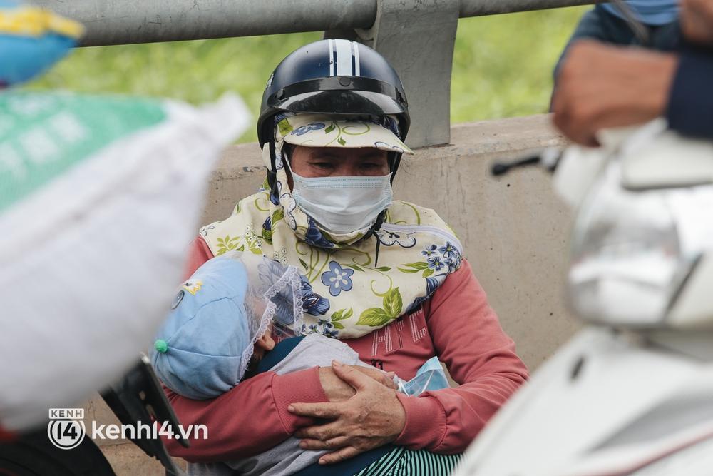 Ảnh: Hàng nghìn người ùn ùn rời TP.HCM về quê bằng xe máy, xót xa cảnh những đứa trẻ vật vờ ngủ gật trong lòng cha mẹ - Ảnh 7.