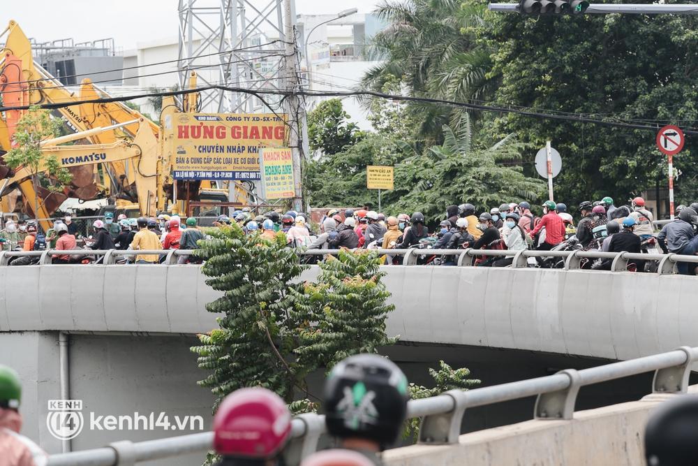 Ảnh: Hàng nghìn người ùn ùn rời TP.HCM về quê bằng xe máy, xót xa cảnh những đứa trẻ vật vờ ngủ gật trong lòng cha mẹ - Ảnh 15.