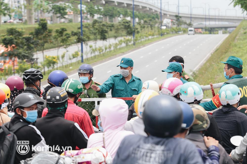 Ảnh: Hàng nghìn người ùn ùn rời TP.HCM về quê bằng xe máy, xót xa cảnh những đứa trẻ vật vờ ngủ gật trong lòng cha mẹ - Ảnh 13.