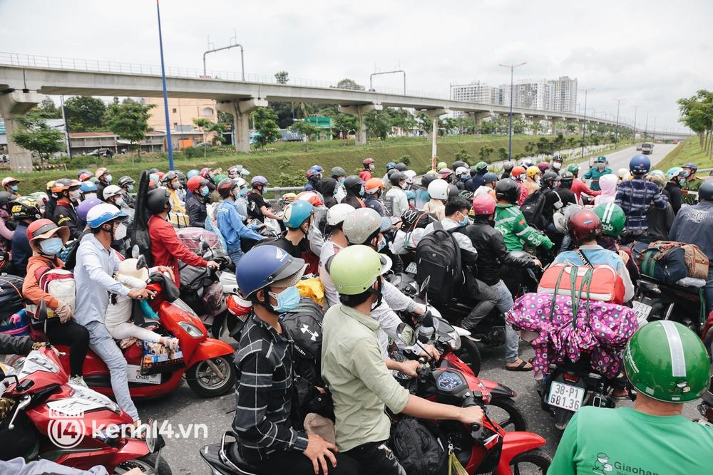 Ảnh: Hàng nghìn người ùn ùn rời TP.HCM về quê bằng xe máy, xót xa cảnh những đứa trẻ vật vờ ngủ gật trong lòng cha mẹ - Ảnh 12.