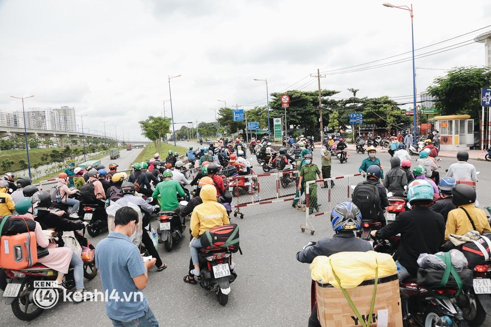 Ảnh: Hàng nghìn người ùn ùn rời TP.HCM về quê bằng xe máy, xót xa cảnh những đứa trẻ vật vờ ngủ gật trong lòng cha mẹ - Ảnh 17.