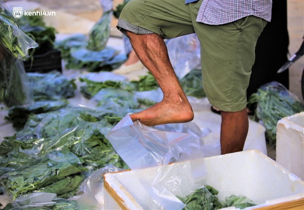 """Giữa cơn """"bão giá"""", anh nông dân mất 2 tay vẫn bán rau sạch siêu rẻ cho bà con Đà Nẵng: """"Đâu nhất thiết phải làm giàu trong dịch bệnh"""" - Ảnh 7."""