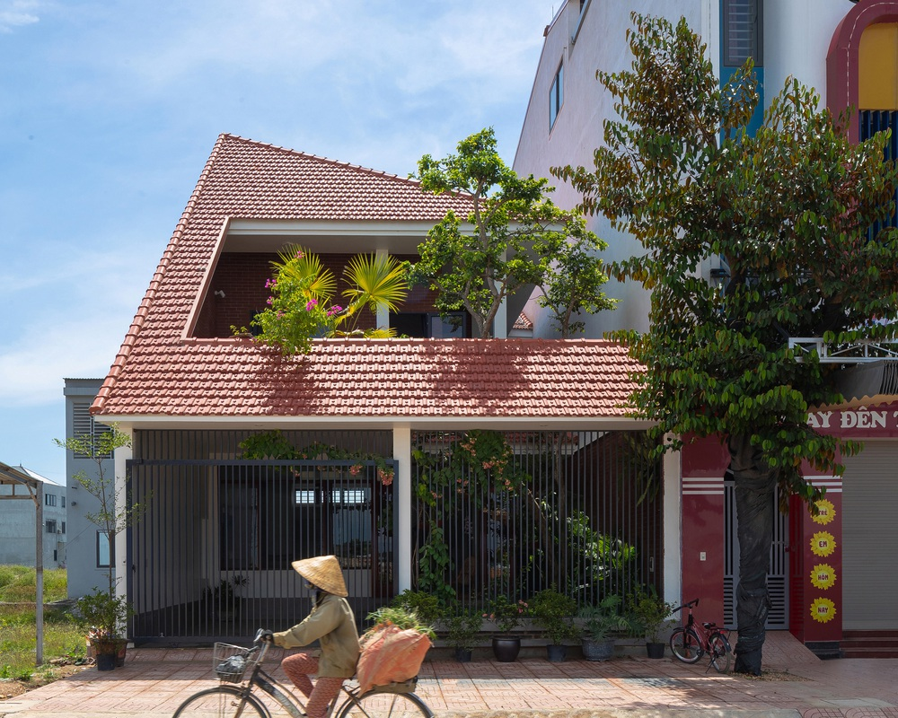 Nhà chóp nón nổi bật nhất khu phố với hệ mái ngói đỏ rực rỡ, thiết kế thuần Việt bước đến đâu thấy chill đến đó  - Ảnh 1.