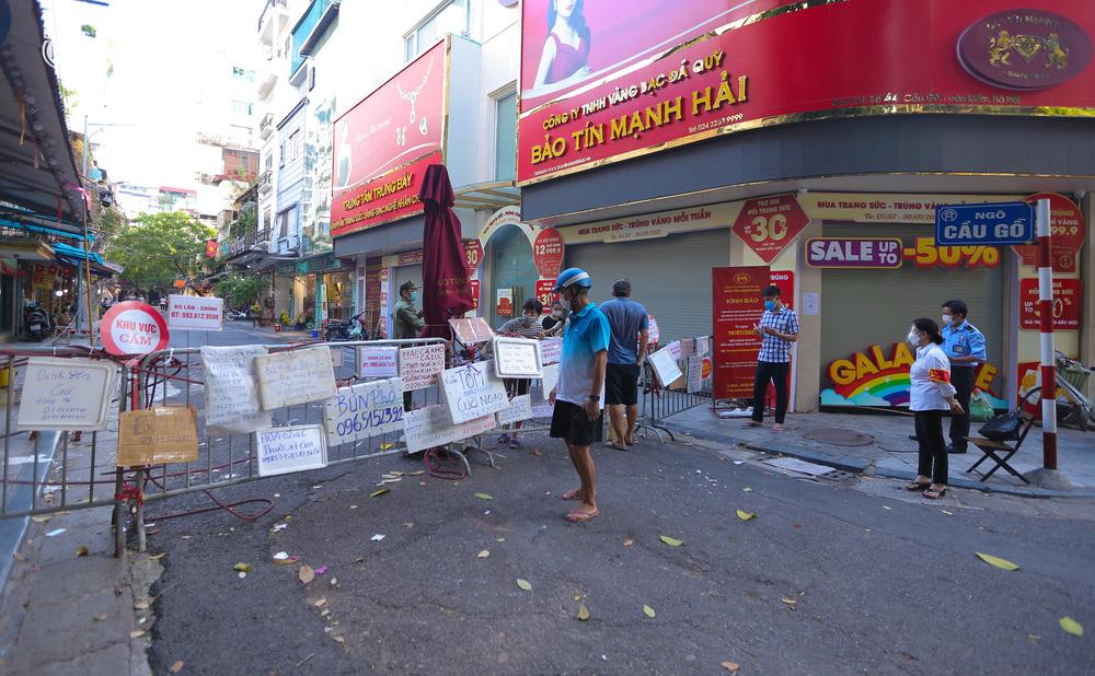 Ảnh: Biển quảng cáo treo kín hàng rào trong khu chợ nhà giàu tại Hà Nội, giãn cách xã hội nhưng alo là có hàng - Ảnh 11.