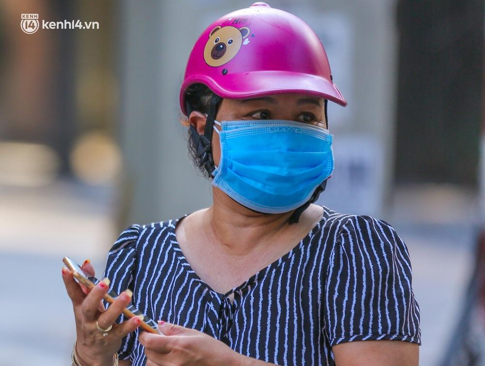 Ảnh: Biển quảng cáo treo kín hàng rào trong khu chợ nhà giàu tại Hà Nội, giãn cách xã hội nhưng alo là có hàng - Ảnh 4.