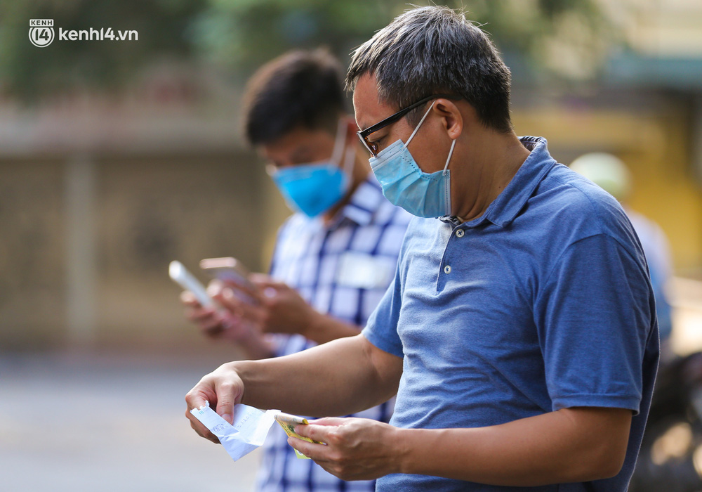 Ảnh: Biển quảng cáo treo kín hàng rào trong khu chợ nhà giàu tại Hà Nội, giãn cách xã hội nhưng alo là có hàng - Ảnh 10.