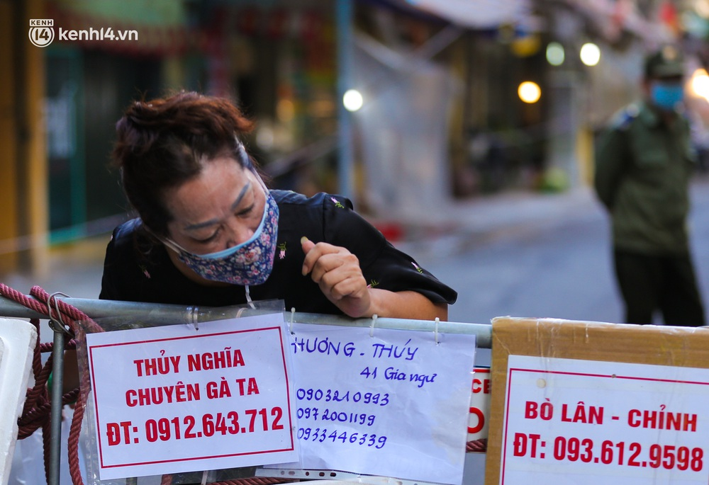 Ảnh: Biển quảng cáo treo kín hàng rào trong khu chợ nhà giàu tại Hà Nội, giãn cách xã hội nhưng alo là có hàng - Ảnh 7.