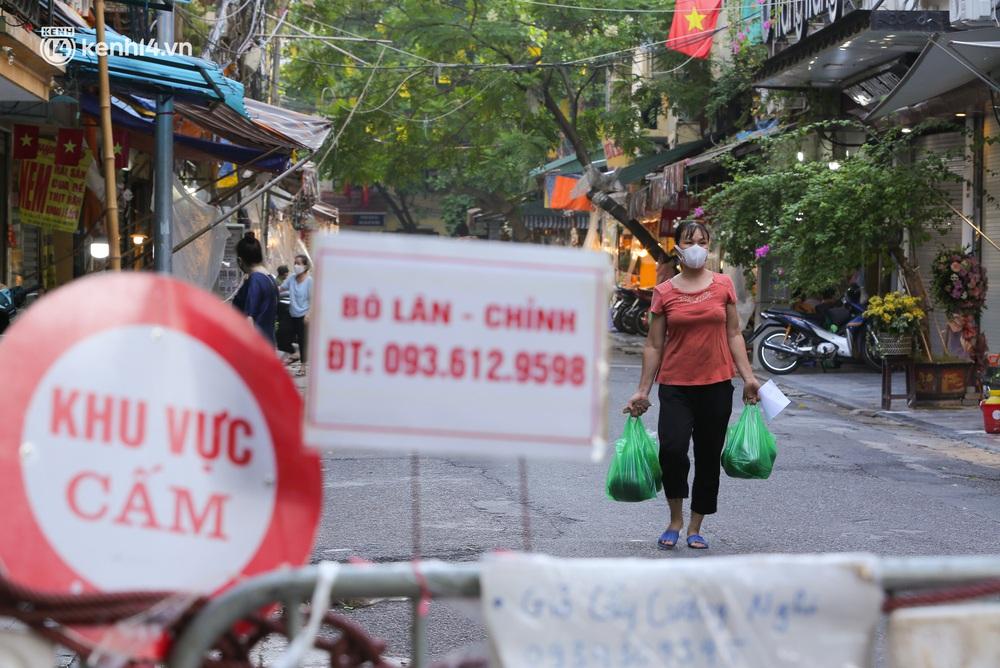 Ảnh: Biển quảng cáo treo kín hàng rào trong khu chợ nhà giàu tại Hà Nội, giãn cách xã hội nhưng alo là có hàng - Ảnh 6.