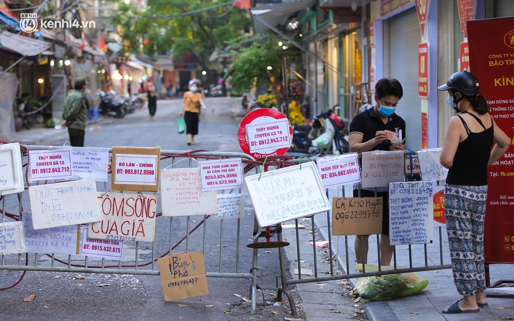 Ảnh: Biển quảng cáo treo kín hàng rào trong khu chợ nhà giàu tại Hà Nội, giãn cách xã hội nhưng alo là có hàng - Ảnh 2.