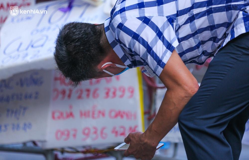 Ảnh: Biển quảng cáo treo kín hàng rào trong khu chợ nhà giàu tại Hà Nội, giãn cách xã hội nhưng alo là có hàng - Ảnh 5.