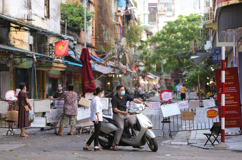 Ảnh: Biển quảng cáo treo kín hàng rào trong khu chợ nhà giàu tại Hà Nội, giãn cách xã hội nhưng alo là có hàng - Ảnh 1.