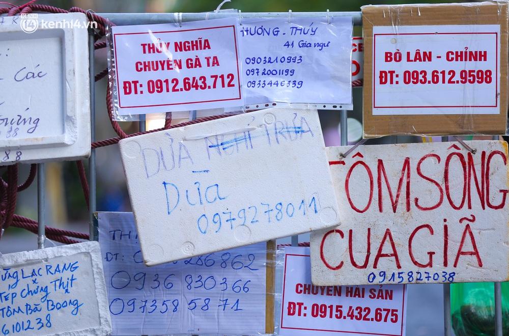 Ảnh: Biển quảng cáo treo kín hàng rào trong khu chợ nhà giàu tại Hà Nội, giãn cách xã hội nhưng alo là có hàng - Ảnh 3.
