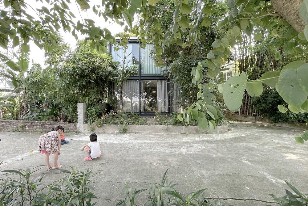 Ngôi nhà trong suốt bên bờ sông Đuống: Thay 75% tường bằng vách kính nhưng vẫn mát mẻ nhờ 3 thiết kế đặc biệt - Ảnh 1.