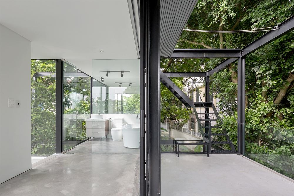 Ngôi nhà trong suốt bên bờ sông Đuống: Thay 75% tường bằng vách kính nhưng vẫn mát mẻ nhờ 3 thiết kế đặc biệt - Ảnh 4.