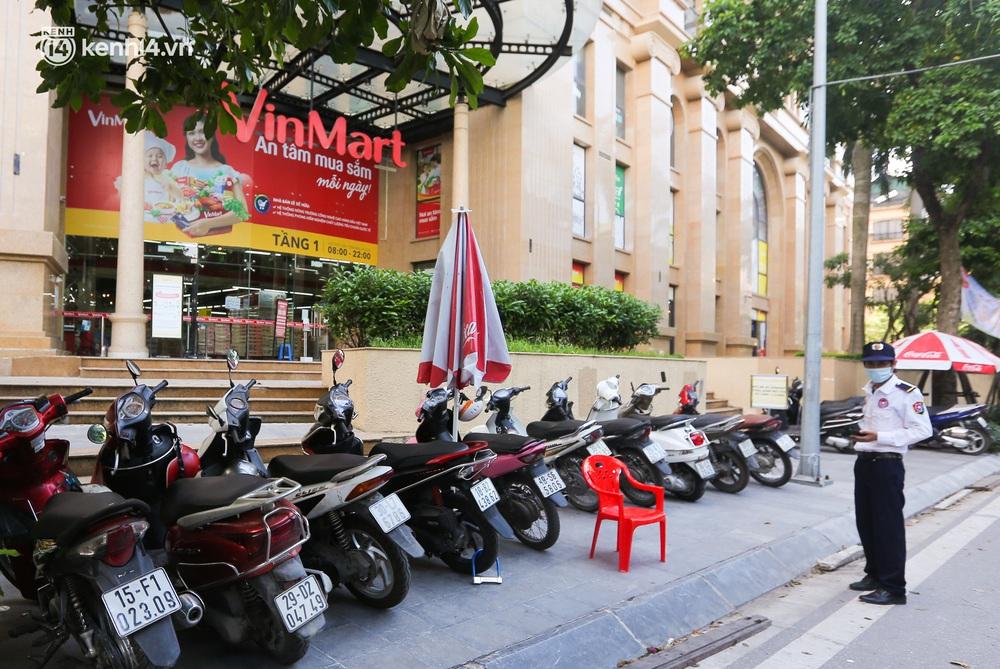 Hà Nội: Cận cảnh chuỗi siêu thị VinMart đóng cửa cài then do liên quan ca nhiễm Covid-19 tại Công ty Thanh Nga - Ảnh 5.