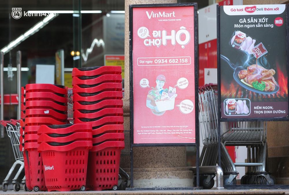 Hà Nội: Cận cảnh chuỗi siêu thị VinMart đóng cửa cài then do liên quan ca nhiễm Covid-19 tại Công ty Thanh Nga - Ảnh 6.