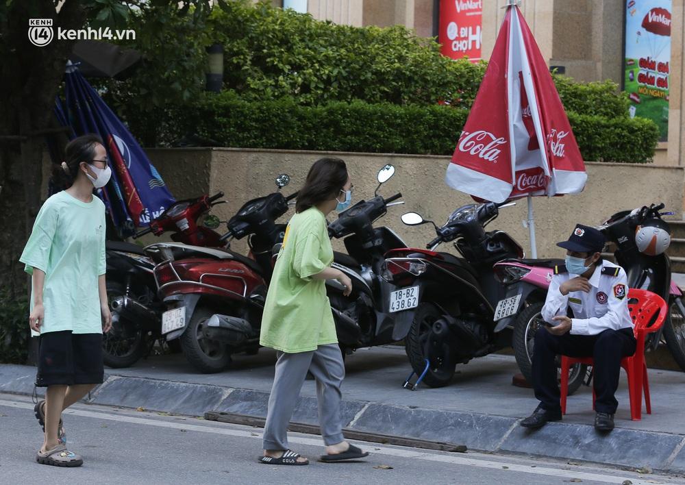 Hà Nội: Cận cảnh chuỗi siêu thị VinMart đóng cửa cài then do liên quan ca nhiễm Covid-19 tại Công ty Thanh Nga - Ảnh 7.