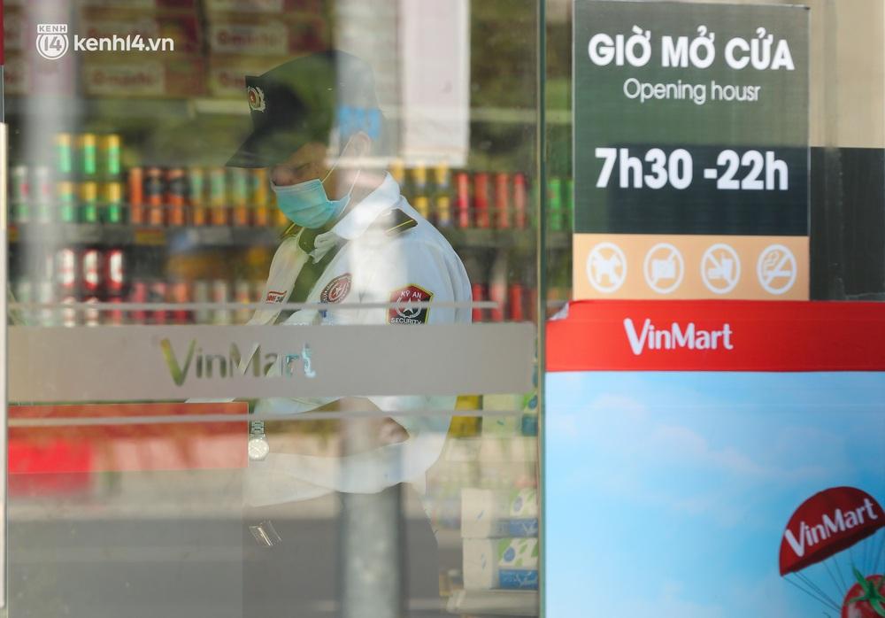 Hà Nội: Cận cảnh chuỗi siêu thị VinMart đóng cửa cài then do liên quan ca nhiễm Covid-19 tại Công ty Thanh Nga - Ảnh 12.