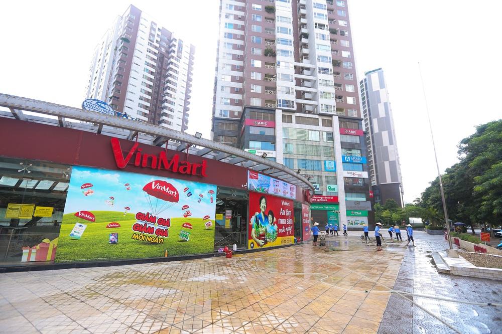 Hà Nội: Cận cảnh chuỗi siêu thị VinMart đóng cửa cài then do liên quan ca nhiễm Covid-19 tại Công ty Thanh Nga - Ảnh 1.