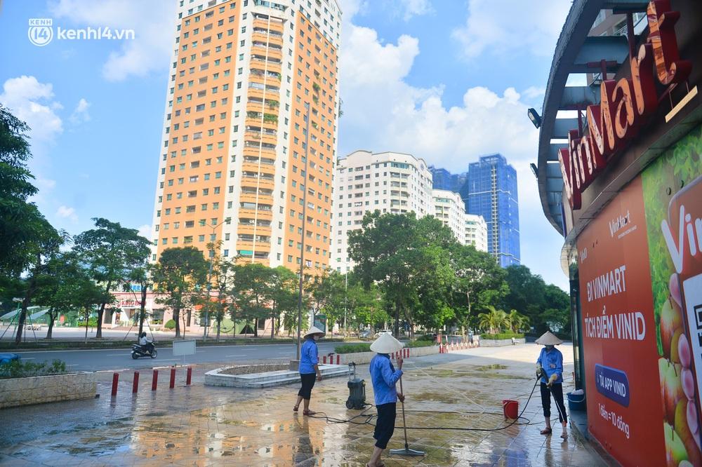 Hà Nội: Cận cảnh chuỗi siêu thị VinMart đóng cửa cài then do liên quan ca nhiễm Covid-19 tại Công ty Thanh Nga - Ảnh 2.