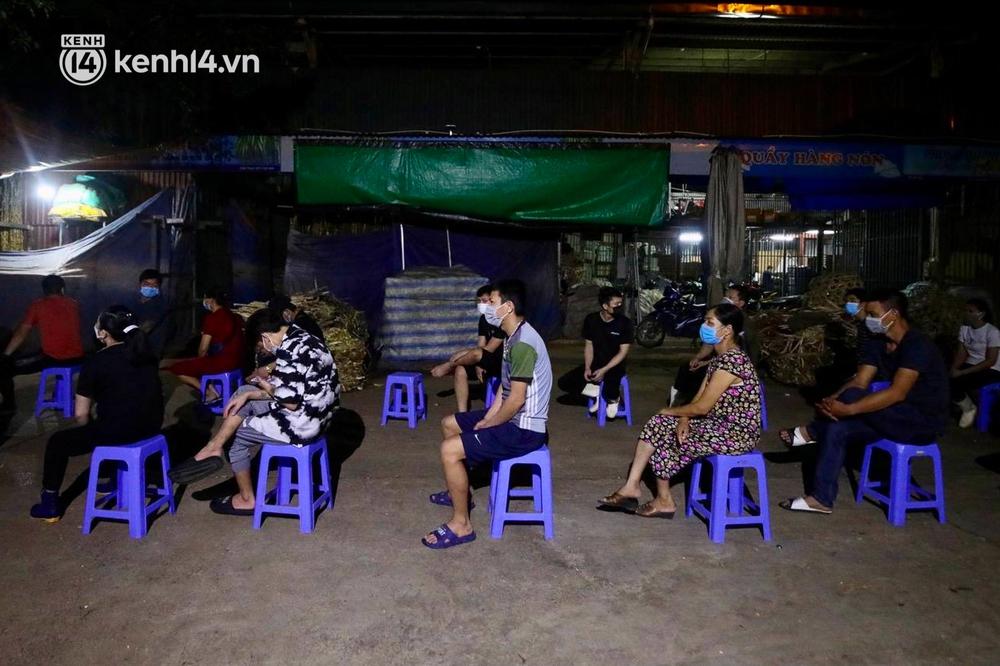 Hà Nội: Phong tỏa khu vực hải sản trong chợ Long Biên, tập trung truy vết liên quan ca Covid-19 từng đến đây - Ảnh 7.