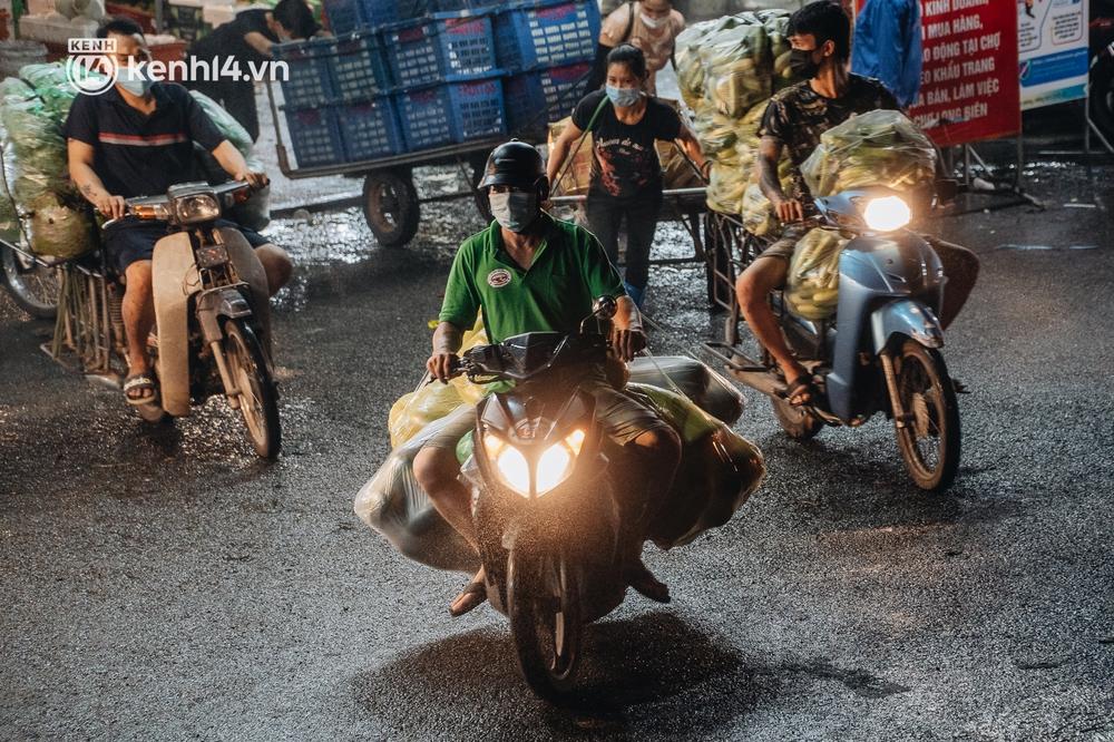 Hà Nội: Phong tỏa khu vực hải sản trong chợ Long Biên, tập trung truy vết liên quan ca Covid-19 từng đến đây - Ảnh 11.