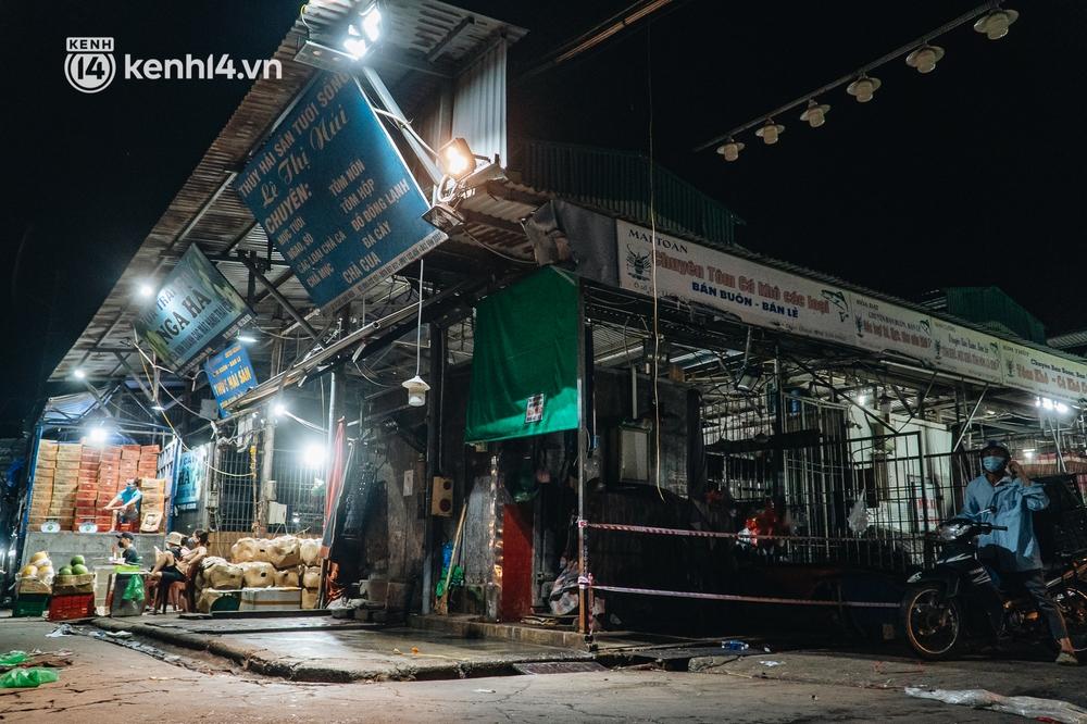 Hà Nội: Phong tỏa khu vực hải sản trong chợ Long Biên, tập trung truy vết liên quan ca Covid-19 từng đến đây - Ảnh 5.