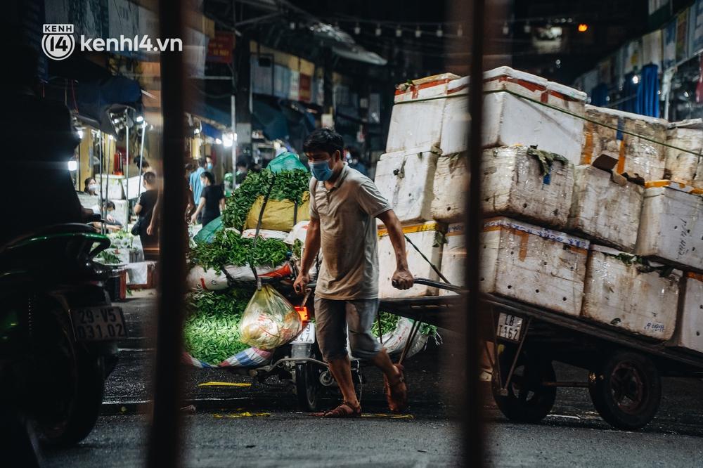 Hà Nội: Phong tỏa khu vực hải sản trong chợ Long Biên, tập trung truy vết liên quan ca Covid-19 từng đến đây - Ảnh 13.