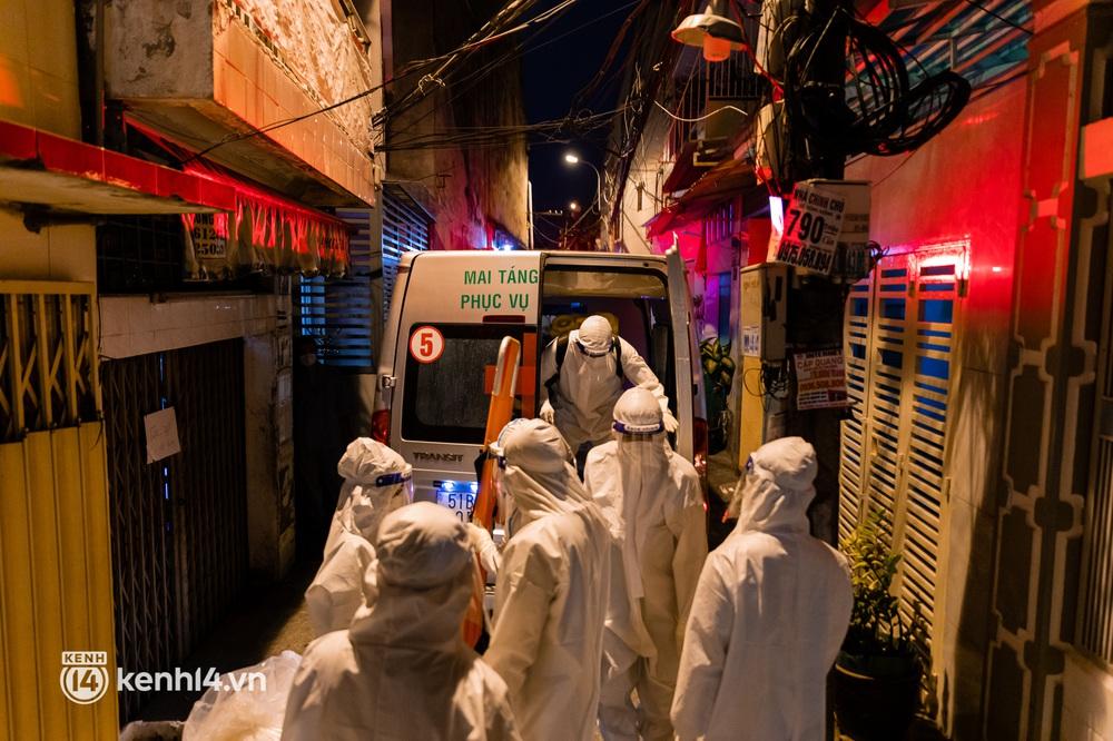 Lặng người sau một ngày dài theo chân nhóm mai táng 0 đồng ở Sài Gòn: Ước gì có thể giúp được hết tất cả... - Ảnh 4.