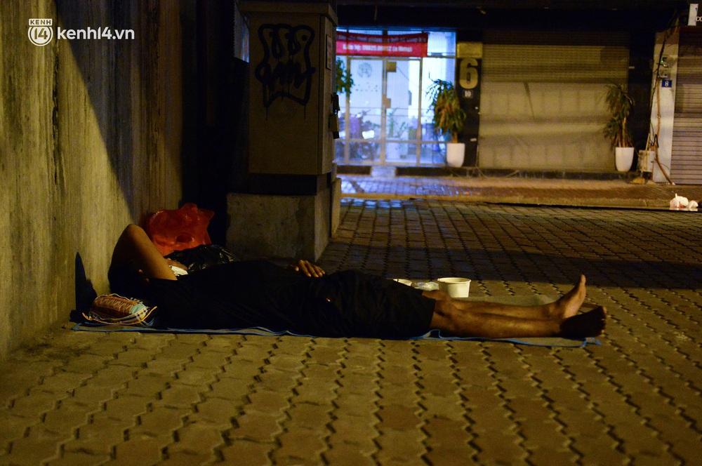 Ảnh: Xót xa cảnh những công nhân tay trắng, phải chọn gầm cầu, trạm xe để ngủ qua đêm trong ngày giãn cách xã hội - Ảnh 2.