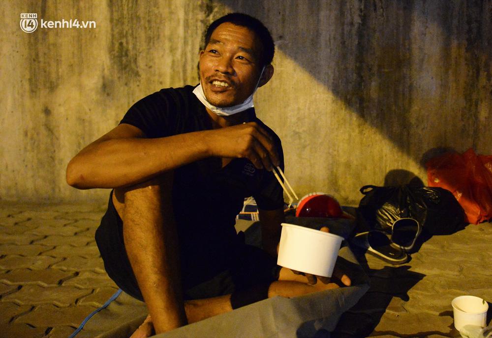 Ảnh: Xót xa cảnh những công nhân tay trắng, phải chọn gầm cầu, trạm xe để ngủ qua đêm trong ngày giãn cách xã hội - Ảnh 4.