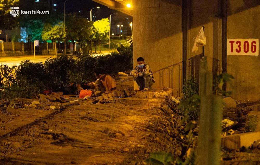 Ảnh: Xót xa cảnh những công nhân tay trắng, phải chọn gầm cầu, trạm xe để ngủ qua đêm trong ngày giãn cách xã hội - Ảnh 10.