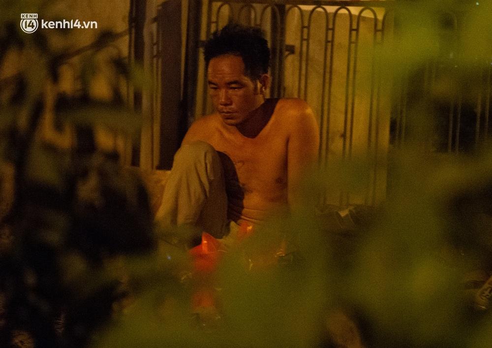 Ảnh: Xót xa cảnh những công nhân tay trắng, phải chọn gầm cầu, trạm xe để ngủ qua đêm trong ngày giãn cách xã hội - Ảnh 15.