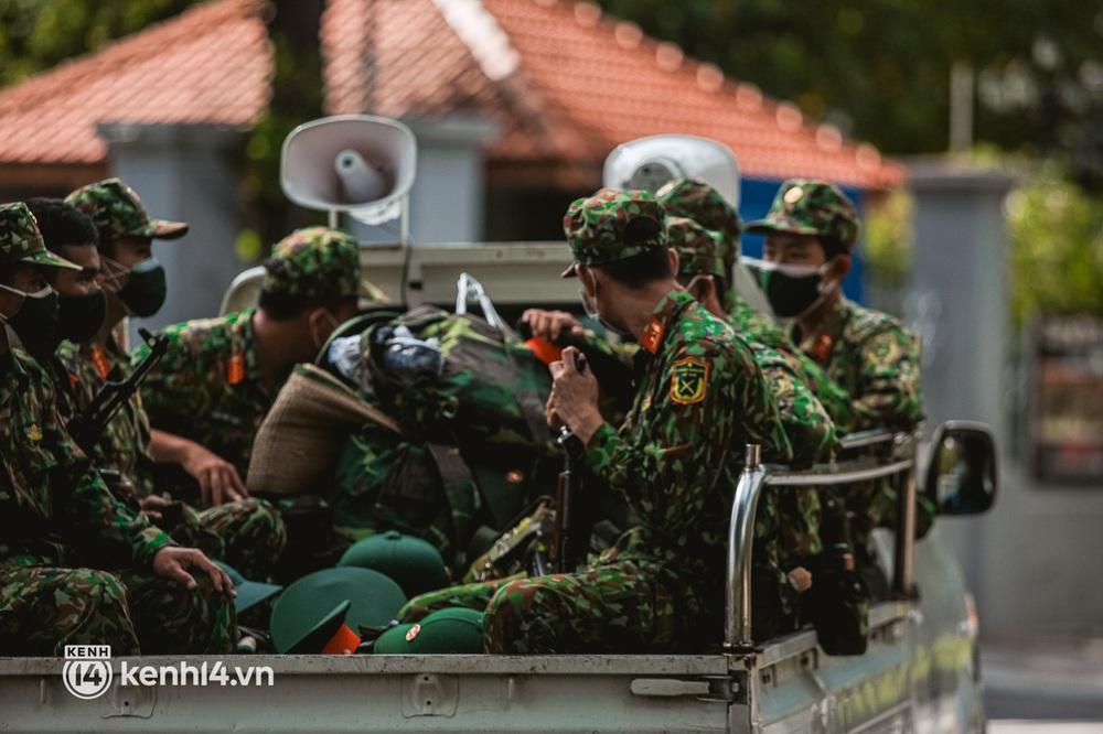 Cận cảnh lực lượng quân đội tuần tra đường phố Sài Gòn, kiểm soát tại các chốt phòng dịch Covid-19 - Ảnh 2.