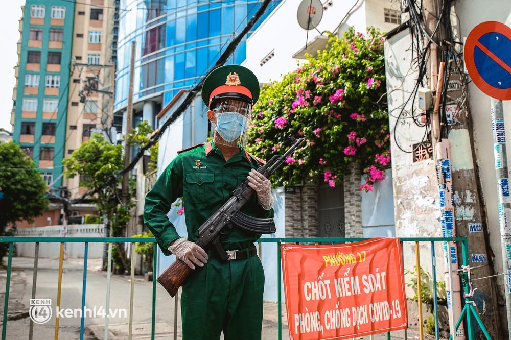 Cận cảnh lực lượng quân đội tuần tra đường phố Sài Gòn, kiểm soát tại các chốt phòng dịch Covid-19 - Ảnh 4.