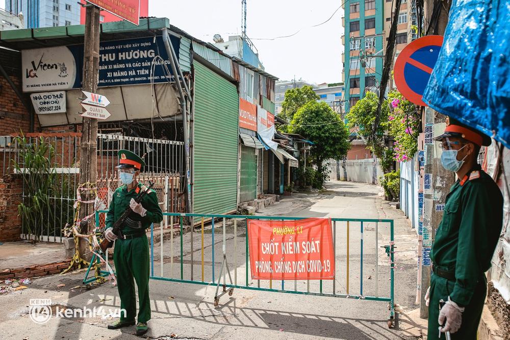Cận cảnh lực lượng quân đội tuần tra đường phố Sài Gòn, kiểm soát tại các chốt phòng dịch Covid-19 - Ảnh 5.