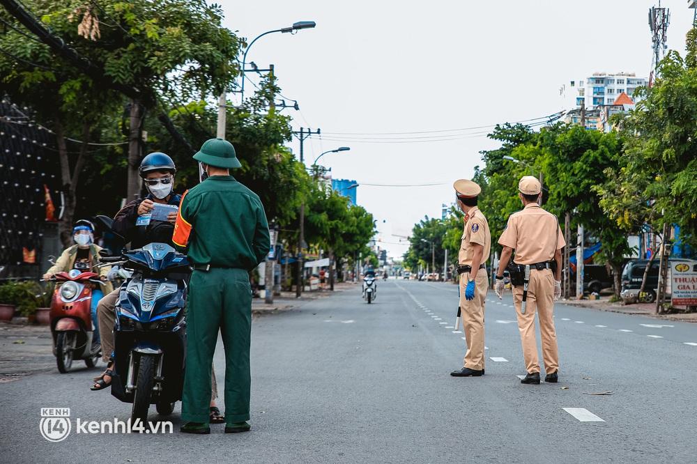 Cận cảnh lực lượng quân đội tuần tra đường phố Sài Gòn, kiểm soát tại các chốt phòng dịch Covid-19 - Ảnh 6.