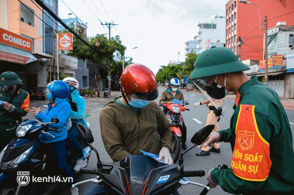Cận cảnh lực lượng quân đội tuần tra đường phố Sài Gòn, kiểm soát tại các chốt phòng dịch Covid-19 - Ảnh 7.