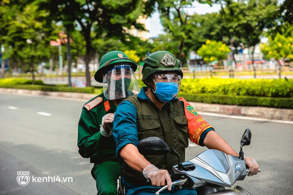 Cận cảnh lực lượng quân đội tuần tra đường phố Sài Gòn, kiểm soát tại các chốt phòng dịch Covid-19 - Ảnh 9.