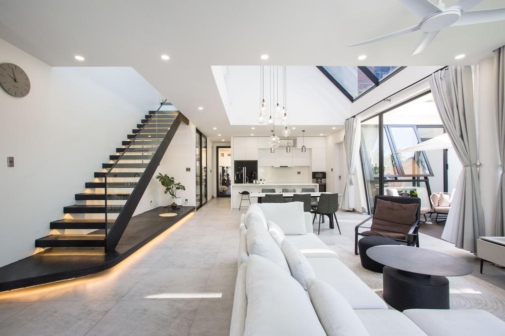 Ngôi nhà chiếm spotlight cả khu phố với thiết kế như phi thuyền không gian, dùng tới 3 giải pháp để hạn chế nắng hướng Tây - Ảnh 5.