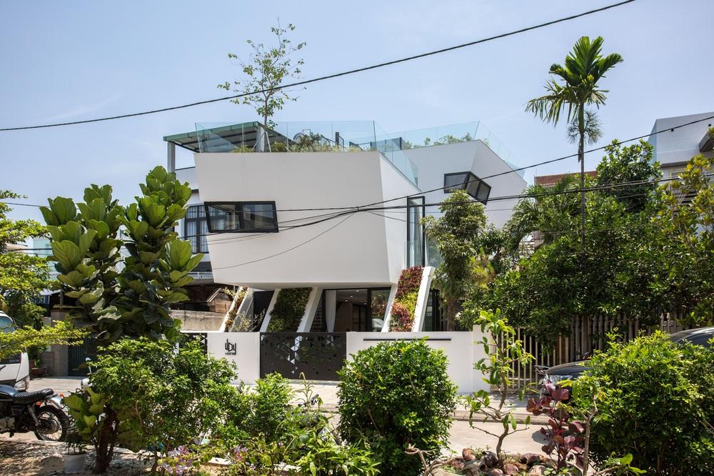 Ngôi nhà chiếm spotlight cả khu phố với thiết kế như phi thuyền không gian, dùng tới 3 giải pháp để hạn chế nắng hướng Tây - Ảnh 1.