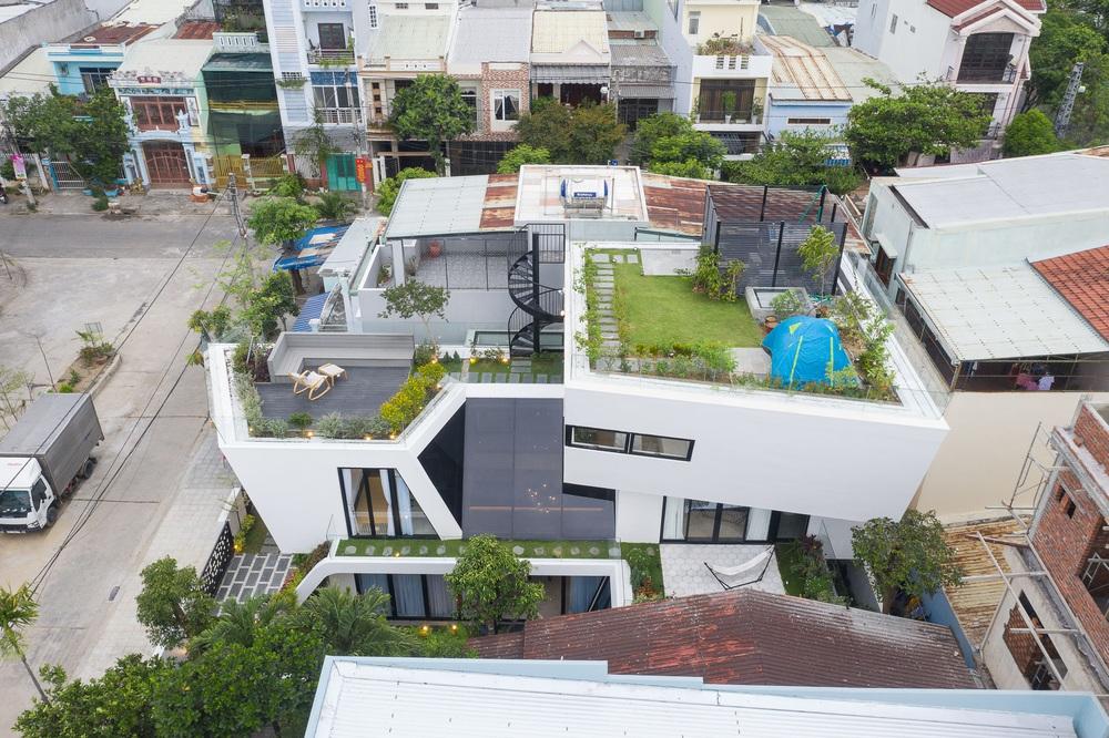 Ngôi nhà chiếm spotlight cả khu phố với thiết kế như phi thuyền không gian, dùng tới 3 giải pháp để hạn chế nắng hướng Tây - Ảnh 3.