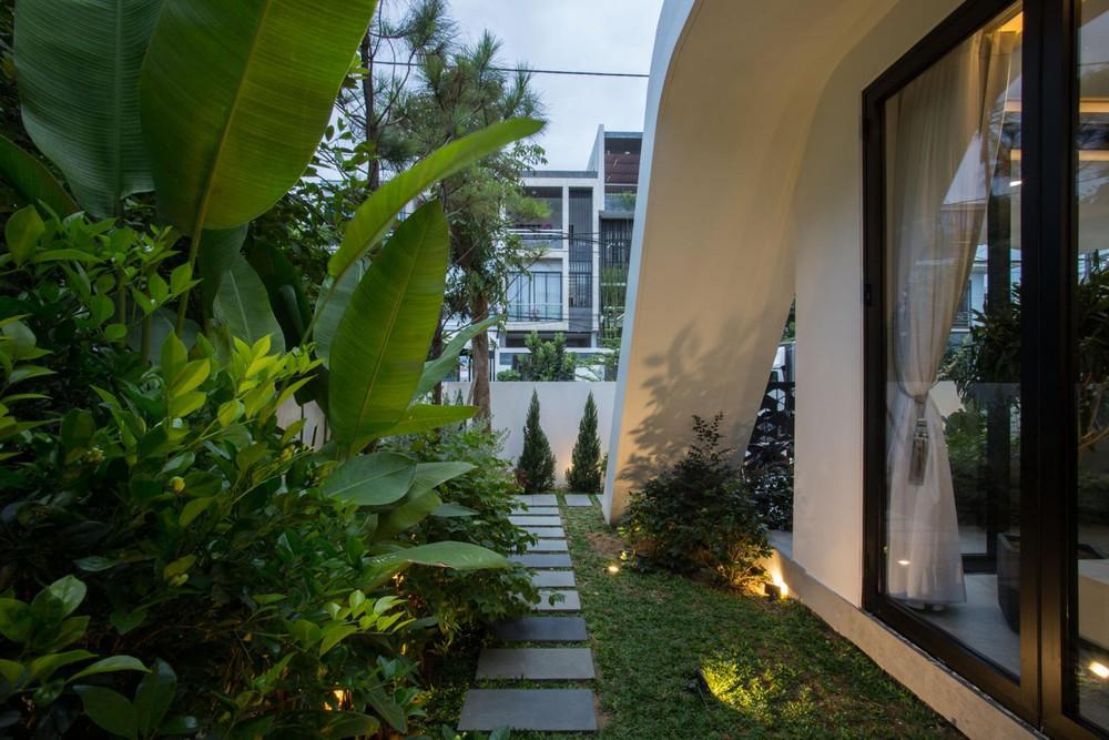 Ngôi nhà chiếm spotlight cả khu phố với thiết kế như phi thuyền không gian, dùng tới 3 giải pháp để hạn chế nắng hướng Tây - Ảnh 8.