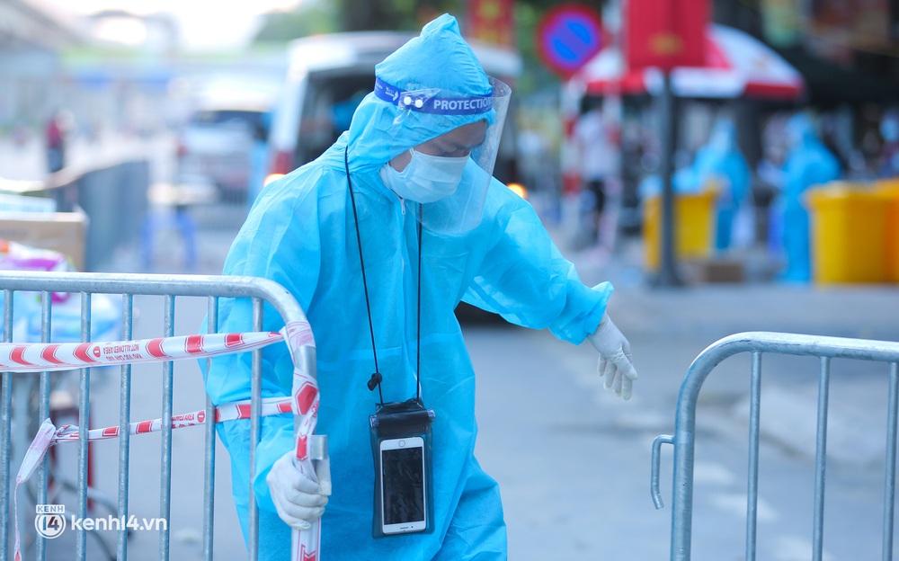 Ảnh: Cận cảnh quy trình đưa F0 đi cách ly tại ổ dịch nóng nhất Hà Nội - Ảnh 8.