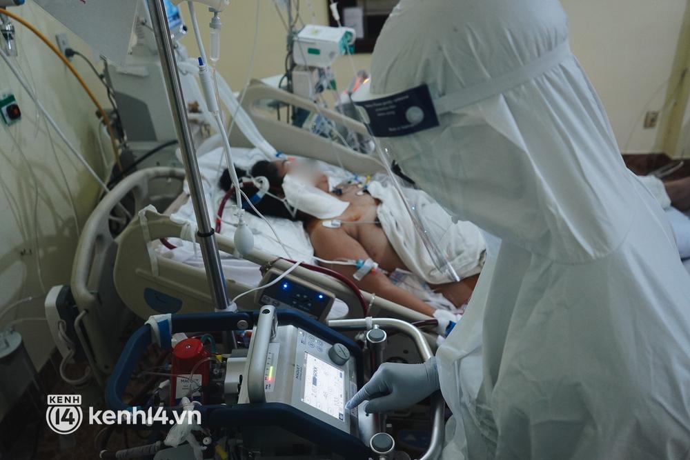 """Ảnh: Theo chân bác sĩ nơi """"thành trì"""" cuối cùng giành lại sự sống cho các F0 nguy kịch, phải thở máy ở TP.HCM - Ảnh 8."""
