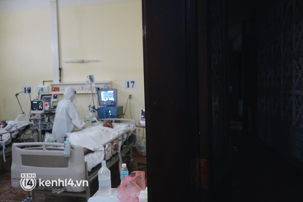 """Ảnh: Theo chân bác sĩ nơi """"thành trì"""" cuối cùng giành lại sự sống cho các F0 nguy kịch, phải thở máy ở TP.HCM - Ảnh 17."""