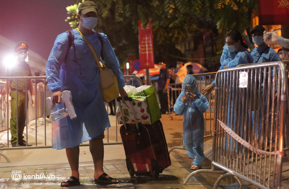 Hà Nội: Xót xa hình ảnh trẻ nhỏ tại ổ dịch quận Thanh Xuân trong ngày đầu theo bố mẹ đến vùng an toàn  - Ảnh 3.