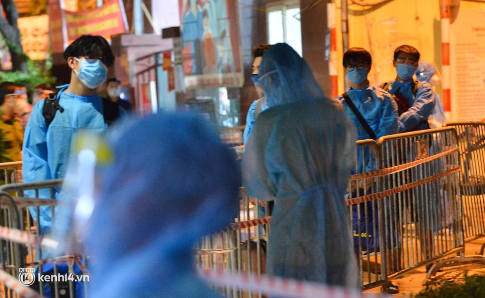 Hà Nội: Xót xa hình ảnh trẻ nhỏ tại ổ dịch quận Thanh Xuân trong ngày đầu theo bố mẹ đến vùng an toàn  - Ảnh 2.
