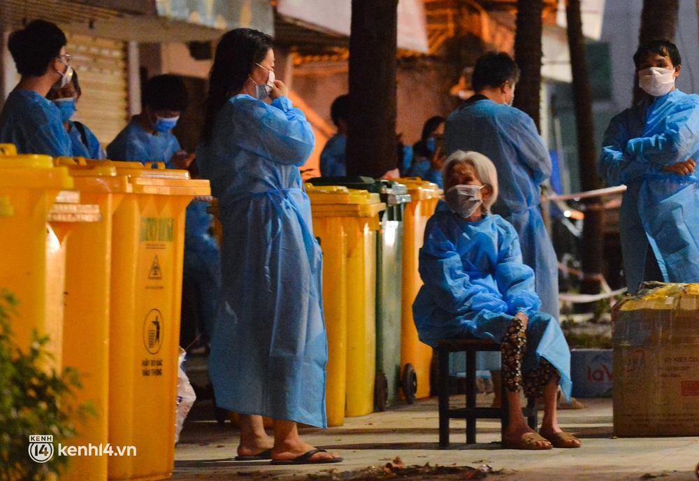 Hà Nội: Xót xa hình ảnh trẻ nhỏ tại ổ dịch quận Thanh Xuân trong ngày đầu theo bố mẹ đến vùng an toàn  - Ảnh 11.